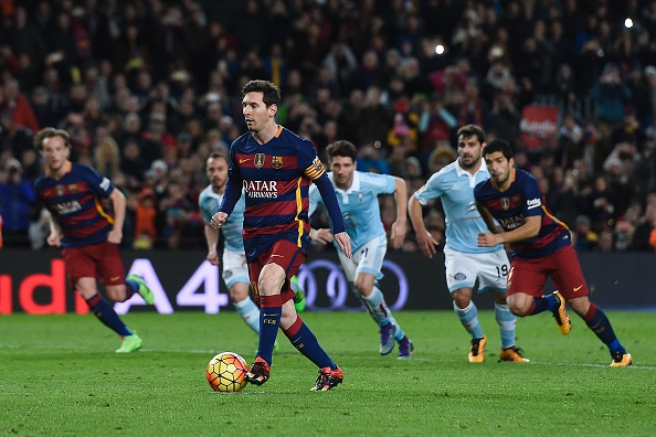 Barcelona's Argentinian forward Lionel Messi (R) prepares to pass the ball to Barcelona's Uruguayan forward Luis Suarez (R) during a penalty kick during the Spanish league football match FC Barcelona vs RC Celta de Vigo at the Camp Nou stadium in Barcelona on February 14, 2016. (Photo by JOSEP LAGO/AFP/Getty Images)
